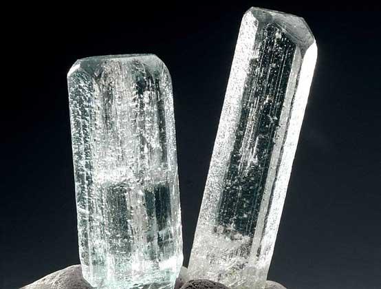 Шестигранные прозрачные призматические кристаллы берилла