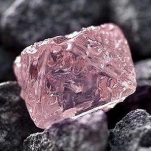 розовый необработанный алмаз