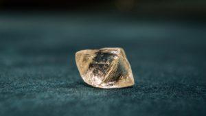 необработанный алмаз