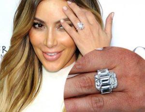 Лопес показывает кольцо с бриллиантом