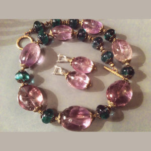 Крупные розовые камни в бусах и серьгах фото