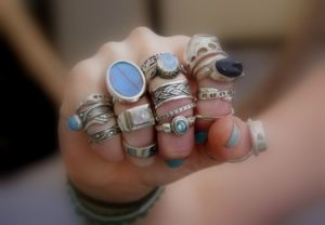 много колец на каждом пальце