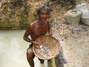 Добыча лунного камня в Шри-Ланке