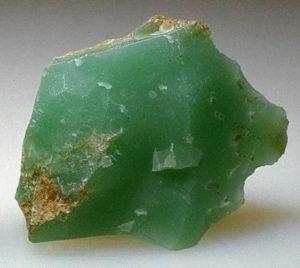 камень хризопраз необработанный