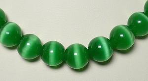 бусы из зеленого кошачьего камня
