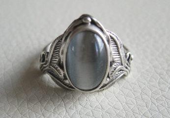 кольцо с серым кошачим камнем