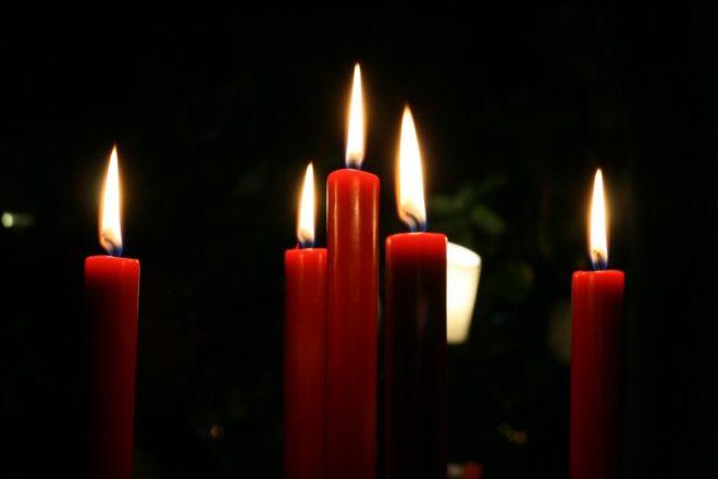 красные свечи горящие